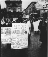 """Manifestazione antinucleare. Corteo con cartelli al collo: """"scorie radiottive. 500.000 anni di vita: ecco cosa vogliono lasciare i padroni alle genera"""