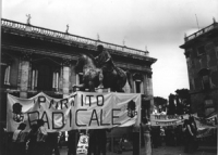 """Manifestazione al Campidoglio. Divertsi striscioni: """"Partito Radicale"""", """"partto radicale Civitavecchia"""" (BN)"""