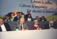 """""""Sul palco del 33° congresso pr: Tortora, Rutelli, Teodori, Stanzani, Romeo, Vesce, Mellini. Banner: """"""""liberare la politica, coltivare la nonviolenza,"""