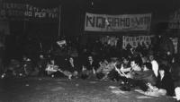 """Fiaccolata radicale """"contro lo sterminio per fame, per l'attuazione del manifesto appello dei premi Nobel"""". Foto della gente seduta a terra per ascolt"""