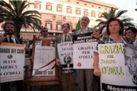 Manifestazione davanti all'ambasciata USA a Roma perchè sia risparmiata la vita a Joseph O'Dell, condannato a morte. Sergio D'Elia ed altri con cartel