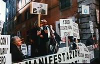 """Corsia Agonale, davanti al Senato. 1° manifestazione mondiale dei """"Non Notiziabili"""". Rita Bernardini e Pannella su un palchetto da cui parlano. Cartel"""