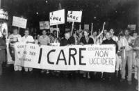 """""""Joan Baez (cantante folk statunitense) alla fiaccolata contro la pena di morte e per la vita di Paula Cooper dietro uno striscione: """"""""I care. Coordin"""