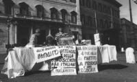 """Montecitorio. Banchetto della Lista Pannella con Bernardini e Giustino con cartelli: """"sciopero della fame per ottenere il pane della conoscenza agli i"""