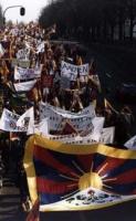 1° manifestazione europea per la libertà del Tibet. Bandiere e striscioni durante la marcia.