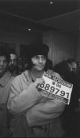 Renato Zero tiene un cartello con il numero di telefono per le iscrizioni al PR, alla sede di Torre Argentina in una conferenza stampa nelle ultime or