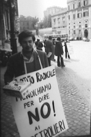 Piazza del Quirinale. Manifestazione affinchè il presidente della Repubblica non firmi la legge sul finanziamento pubblico ai partiti. Cicciomessere