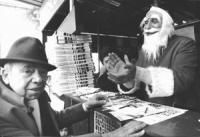 Piazza Navona. Pannella Vestito da Babbo Natale ad un chiosco radicale per chiedere iscrizioni e contributi (BN) buona