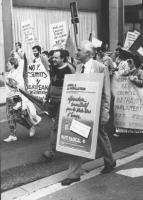 Pannella ad un corteo per gli Stati Uniti d'Europa e l'ingresso della Jugoslavia nella CEE con cartello al collo. (BN)