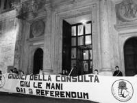 """Montecitorio. Striscione """"giudici della consulta, giù le mani dai 9 referendum"""". La fiaccolata dalla Corte di Cassazione è giunta a montecitorio e pro"""