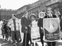 """""""manifestazione con militanti radicali e tibetani da piazza Navona alla ambasciata cinese a Roma. Pietrosanti e Stango con manifesto di """"vivo il Tibet"""