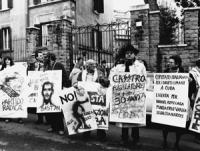 """""""manifestazione radicale davanti all'ambasciata cubana. Stanzani e altri con cartelli contro Castro e la pena di morte a Cuba (BN)"""
