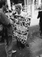 """""""manifestazione radicale davanti all'ambasciata cubana Bonino (primo piano con cartello) e altri con cartelli contro Castro e la pena di morte a Cuba"""