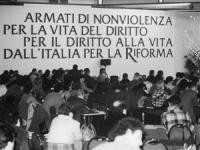 """Banner di un congresso italiano del PR: """"armati di nonviolenza per la vita del diritto per il diritto alla vita dall'Italia per la Riforma"""" (BN)"""