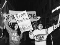 """Fiaccolata per la libertà del Tibet e la democrazia in Cina. Ragazze tibetane strillano i loro slogans e tengono cartelli: """"Free Tibet"""" (BN) ottima"""