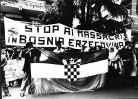 """""""Manifestazione davanti all'ambasciata jugoslava. Bandiera della croazia e striscione: """"""""stop ai massacri in Bosnia Erzegovina"""""""" (BN)"""""""