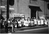 """""""Sit in di pannella davanti a """"""""Il Messaggero"""" vista dei manifestanti in fila per via del Tritone (BN) la lista Pannella protestava perchè """"Il Messagg"""