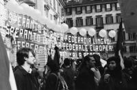 """Striscione di 150 mq : """"esperanto lingua federale europea (scritto in esperanto e in italiano)"""" trasparente e retto da palloncini in occasione del ver"""