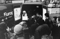"""Consegna delle firme dei """"20 referendum"""" alla Corte di Cassazione. Pannella mentre scarica i pacchi da un furgoncino (BN) ottima, importante Altre su"""