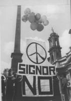 """""""a piazza Navona dei palloncini tengono un cartello con simbolo della pace (il fucile spezzato) e scritta: """"""""signor no"""""""" (BN) ottima"""" Nelle altre: un"""