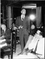 Pannella in piedi parla ad una cena divorzista. Nel giugno del '68 la LID inventa un nuovo mezzo di autofinanziamento: le cene divorziste in cui inter