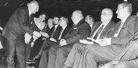 36° congresso I sessione. Pannella stringe la mano alle personalità in prima fila in platea: Scotti (DC), Napolitano (presidente della Camera, PDS), S