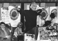 """""""21° congresso straordinario PR. Pannella parla dalla tribuna circondato da manifesti col """"""""sole che ride"""" allargando le braccia a volo d'uccello. (BN"""