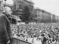 Comizio di Pannella a Piazza Duomo. Pannella che parla e visione della folla numerosissima (BN) 2 copie + negativo