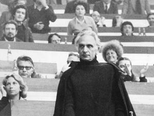 Pannella in digiuno al congresso del PCI. Vestito completamente di nero fu fischiato dai delegati convinti che si fosse travestito da Nosferatu per of