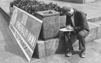 Uomo firma la petizione del partito radicale per l'abolizione della pena di morte in URSS. (BN) ottima