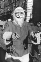 Piazza Navona. Pannella Vestito da Babbo Natale, in piedi e sorridente, per chiedere iscrizioni e contributi (BN) buona