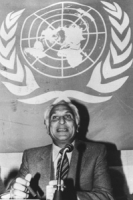 Pannella all'ONU. (BN) Parla in una conferenza stampa sotto il simbolo dele UN.
