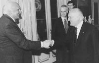 Quirinale. Pannella stringe la mano al Presidente della Repubblica Oscar Luigi Scalfaro (BN) Pannella fu il primo a chiedere che Scalfaro fosse nomina