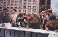 gruppo di firmatari ad un banchetto per la raccolta di firme a una petizione radicale per abolire in URSS la pena di morte . Buona