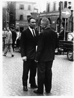 Pannella e Mellini giovani, in piedi, parlano in mezzo ad una piazza (BN)