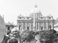 marcia Pasqua '84. La marcia arriva a piazza S.Pietro. Riconoscibilissimo Pannella con sullo sfondo la cupola. (BN) otima,