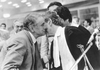 processo Tortora di Primo Grado. Enzo Tortora (espressione molto triste) bacia sulla guancia il proprio avvocato. (BN) ottima, importante