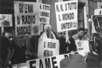 """Via delle Botteghe Oscure. Sede nazionale del PDS. 2° manifestazione mondiale dei """"Non Notiziabili"""". Pannella in mezzo ai cartelli: """"1300 digiunatori"""