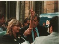 disobbedienza civile in materia di droghe a piazza Navona. Bernardini bloccata da un poliziotto mentre lancia dell'hashish viene portata via dalla pol