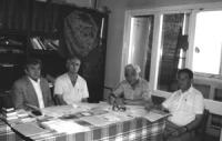 Marat Zakhidov (2° da destra) presidente del comitato per la protezione dei diritti dell'individuo in Uzbekistan, nella sua casa insieme con altri isc