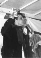 Olivier Dupuis (segretario del PR) parla dal podio al termine della 1° manifestazione europea per la libertà i Tibet. (BN) mostra nella mano la cartol