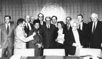 consegna a Boutros Ghali delle firme per chiedere l'istituzione del tribunale ad hoc sui crimini nella ex Jugoslavia. Sala stampa ONU. Busdachin, Toma