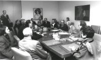 consegna a Boutros Ghali delle firme per chiedere l'istituzione del tribunale ad hoc sui crimini nella ex Jugoslavia. Riunione intorno ad un tavolo, a