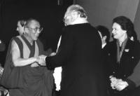 Il Dalai Lama stringe le mani a Marco Pannella. A destra Catherine Lalumiere, presidente gruppo ARE.