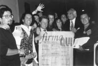 Campagna elettorale collegio Posillipo. Pannella e Dell'Alba tra militanti e sostenitori della lista con il manifesto dei 20 referendum