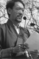 2° manifestazione europea per la libertà del Tibet. Tashi Wangdi, membro del governo tibetano in esilio, parla dal microfono.