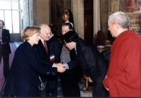 Marcia delle Palme. Quirinale. Il presidente della Repubblica Scalfaro stringe la mano al rappresentante del Dalai Lama. Con Emma Bonino. Importante