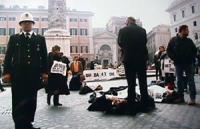 I militanti della lista Pannella si sdraiano sulla strada alla conclusione della dimostrazione davanti a Palazzo Chigi dalle ore 17.00 del 15.2.98  pe