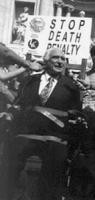 """""""manifestazione a Fontana di Trevi. Marco Pannella seduto e legato su una sedia elettrica. Accanto cartello: """"stop death penalty"""". Importante, ma sfoc"""