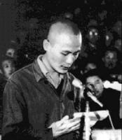 Il dissidente cinese Wei Jingsheng durante il suo processo legge le sue accuse ai giudici. Wei sconterà più di 17 anni di carcere per le sue opinioni,